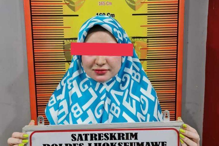 Herlin Kenza, selebram Aceh saat difoto sebagai tersangka dalam kasus pelanggaran protokol kesehatan di Mapolres Lhokseumawe, Jumat (23/7/2021)