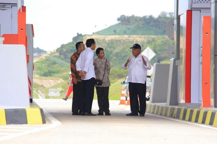Menteri PUPR Basuki Hadimuljono memberikan penjelasan terkait Tol Bakauheni-Terbanggi Besar kepada Presiden Joko Widodo. 14,5 kilomtere jalan tol ini diresmikan pada Minggu (21/1/2018).