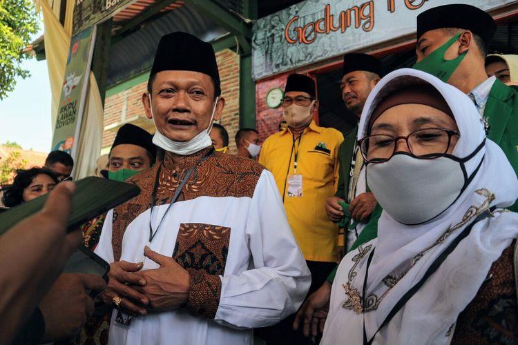 Yoko Priyono - Choirun Nisa usai mendaftarkan diri sebagai pasangan bakal calon bupati dan wakil bupati dalam Pilkada Kabupaten Mojokerto, Jawa Timur, Jumat (4/9/2020) pagi.