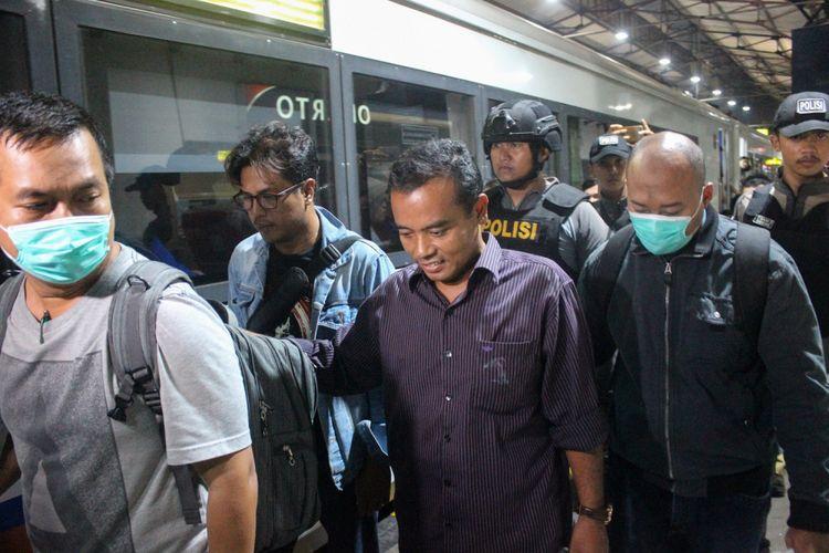 Bupati Purbalingga, Tasdi (kemeja ungu) digelandang petugas KPK dan Polisi di Stasiun Purwokerto, Senin (5/6/2018) malam.