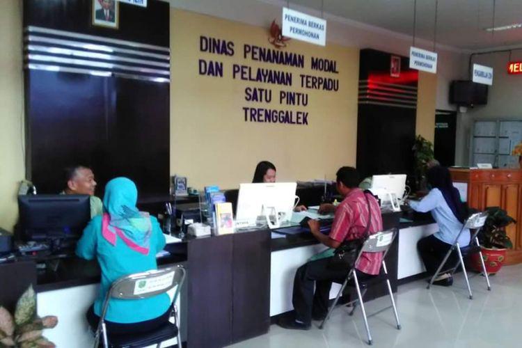 Pelayanan masyarakat terus ditingkatkan di Kabupaten Trenggalek dengan mempermudah pengurusan izin.