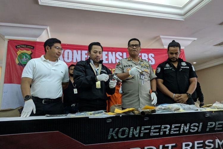 Kepolisian memamerkan senjata api yang biasa digunakan komplotan curanmor yang berulang kali beraksi di Jakarta dalam konferensi Pers di Mapolda Metro Jaya, Rabu (6/3/2019)