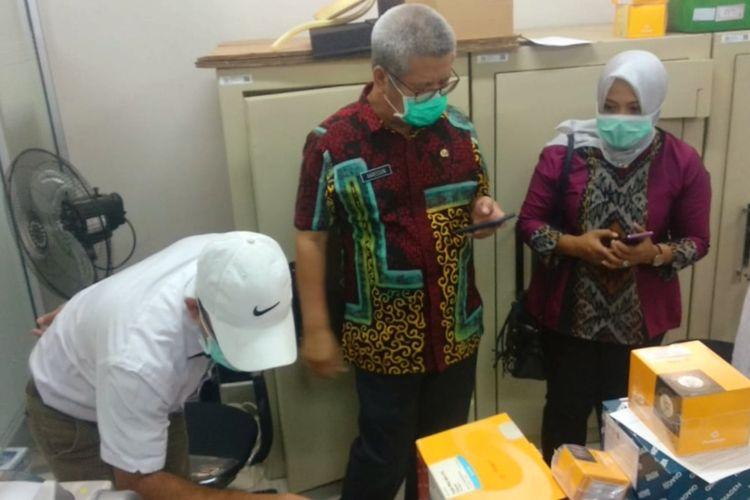 Kepala Dinas Kesehatan Kalimantan Barat Harisson mengecek kesiapan Fakultas Kedokteran Universitas Tanjungpura Pontianak, Kalbar, menyediakan laboratorium tempat perekaman dan uji sampel untuk Covid-19 dengan metode Polymerase Chain Reaction(PCR).