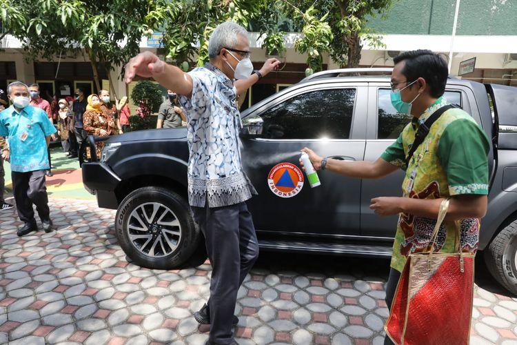Gubernur Jawa Tengah Ganjar Pranowo kini mengendarai mobil Nissan Navara untuk membawa beras dan sembako lainnya kunjungan ke daerah. Beras dan sembako tersebut akan dibagikan kepada masyarakat yang membutuhkan.