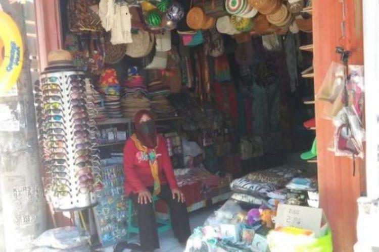 Seorang pemilik toko di daerah Kuta, Bali, Rohana, mengatakan kini hanya hidup dari tabungan.