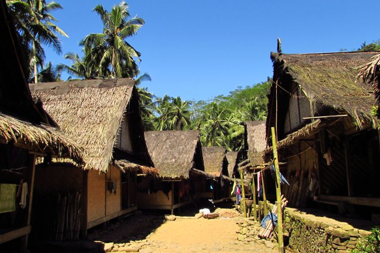 Terik siang memayungi perkampungan Baduy Luar.