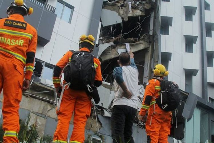 Hari kedua evakuasi korban gempa di Sulawesi Barat