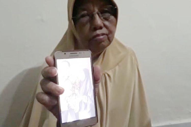Ning Icha (70) ibu kandung Resky atau akrab disapa Ayu menunjukkan foto pernikahan anaknya yang menjadi korban tragedi jatuhnya pesawat Lion Air JT610.