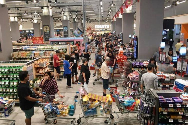 Warga Singapura terlihat mengantri panjang untuk membayar barang-barang belian mereka di FairPrice Xtra, Vivo City, Singapura, Sabtu Siang (08/02/2020)