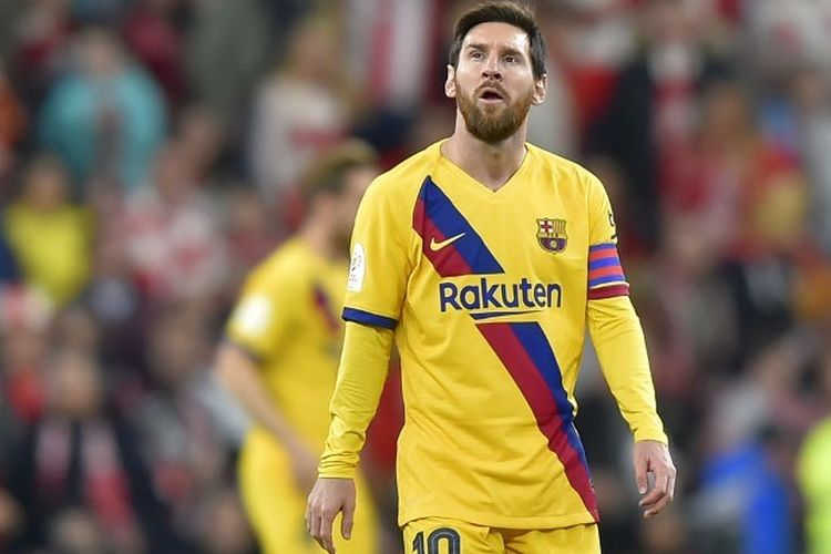 Penyerang Barcelona Lionel Messi (kiri) berjalan saat tampil dalam pertandingan  Copa del Rey antara Athletic Bilbao vs Barcelona pada 6 Februari 2020.