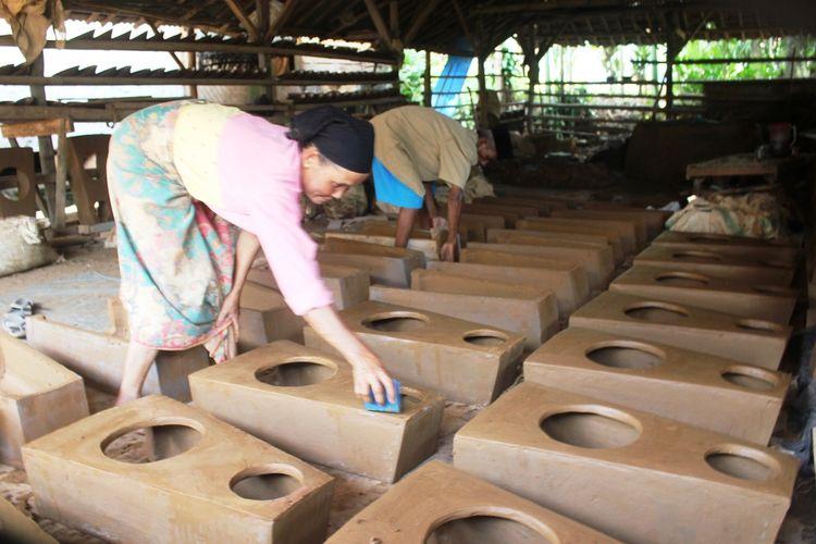 Kegiatan pembuatan tungku dari tanah liat di Kampung Ciluncat, Cibadak, Kecamatan Cibeber, Kabupaten Cianjur, Jawa Barat. Industri kerajinan tembikar ini sudah eksis puluhan tahun dan menjadi usaha keluarga secara turun temurun.