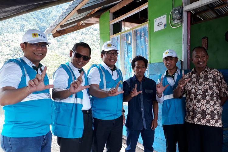 Jajaran Direksi PT PLN (Persero) bersama warga Kabupaten Kepulauan Sangihe  yang diberikan bantuan elektrifikasi gratis, Kabupaten Kepulauan Sangihe, Kamis (16/8/2018).