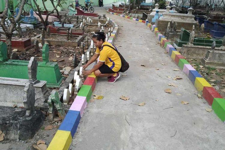 Inilah kondisi jalan yang dibangun diatas 30-an makam di tempat pemakaman umum Bulusari, Kelurahan Pandean, Kecamatan Taman, Kota Madiun. Para ahli waris memprotes pembangunan ruas jalan  lantaran tanpa melakukan pemindahan jenazah.