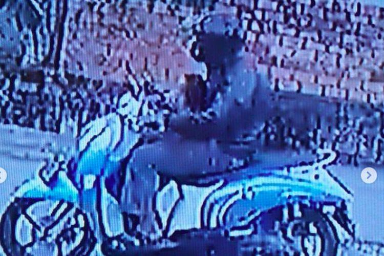 Tangkapan layar CCTV penculikan seorang anak usia 4 tahun yang terjadi di Jalan S Parman, Lorong Citra Damai I, Kecamatan Sukarami, Palembang, Sumatera Selatan, Jumat (19/2/2021).