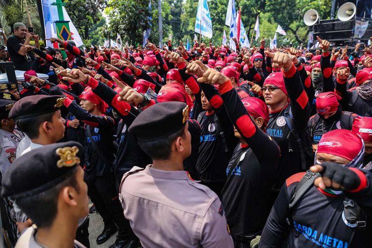 Massa dari berbagai organisasi buruh melakukan aksi unjuk rasa di depan Balai Kota DKI Jakarta, Jalan Medan Merdeka Selatan, Sabtu (10/11/2017). Buruh menolak upah minimum provinsi DKI Jakarta 2018 yang telah ditetapkan Gubernur DKI Jakarta Anies Baswedan.