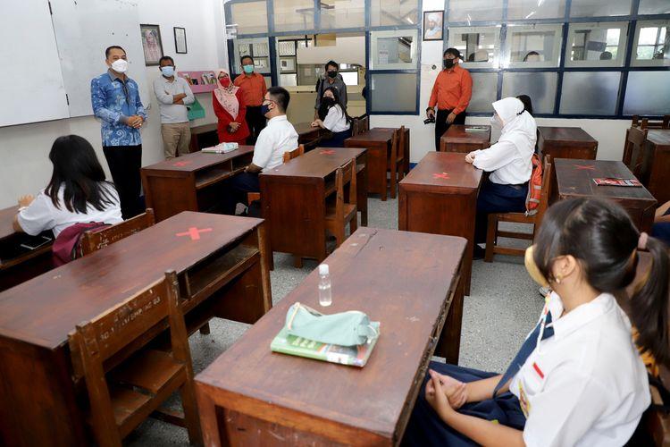 Wali Kota Surabaya Eri Cahyadi saat meninjau pembelajaran tatap muka di salah satu sekolah negeri di Surabaya, Senin (6/9/2021).