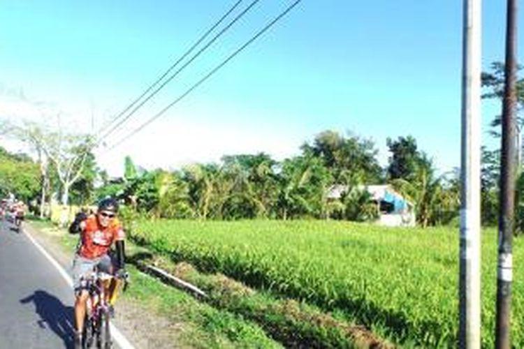 Salah satu pesepeda Tambora Bike mengacungkan jempol pada awal menempuh jalur Etape 1, Kamis (9/4/2015). Etape 1 Tambora Bike dimulai dari Alun-Alun Mataram menuju Desa Utan, Kecamatan Utan, Kabupaten Sumbawa.