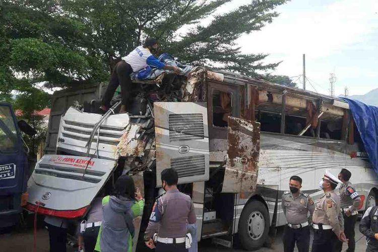 ATPM dan Dishub mengecek kelaikan bus maut yang mengalami kecelakaan tunggal di Tanjakan Cae, Wado Sumedang, Rabu (10/3/2021) lalu.