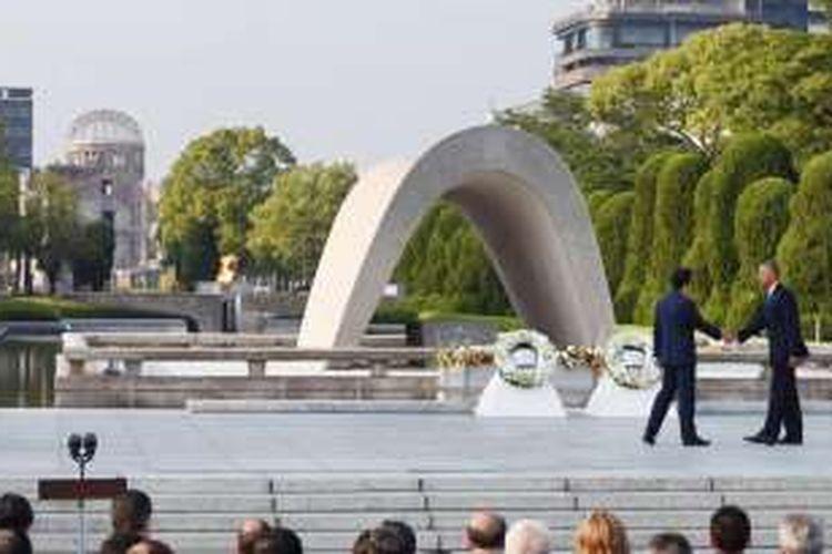 Presiden Amerika Serikat Barack Obama bersalaman dengan Perdana Menteri Jepang Shinzo Abe di Monumen Perdamaian Hiroshima, bulan Mei 2016 lalu.