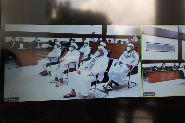Terdakwa Rizieq Shihab bersama empat terdakwa lain mendengar pembacaan vonis kasus kerumunan Petamburan di Pengadilan Negeri Jakarta Timur, Kamis (27/5/2021).