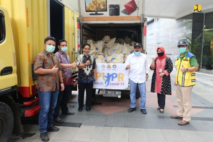 Penyerahan 200 kantong sembako untuk para pemangkas rambut yang tergabung dalam Persaudaraan Pemangkas Rambut Garut (PPRG), Kementerian PUPR, Jakarta, Sabtu (9/5/2020).