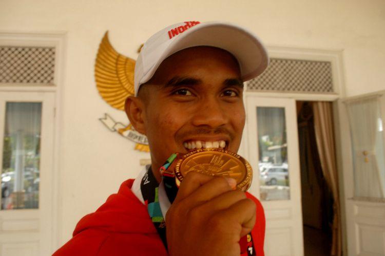 Ujang Hasbulloh memperlihatkan medali emas yang diraihnya dalam cabang olahraga dayung Asian Games Jakarta-Palembang 2018 saat di Pendopo Kabupaten Sukabumi di Sukabumi, Jawa Barat, Jumat (31/8/2018).
