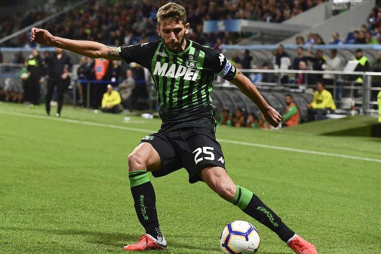 Pemain depan Sassuolo Domenico Berardi menendang bola saat pertandingan sepak bola Serie A Italia Sassuolo vs AC Milan pada 30 September 2018 di stadion Mapei di Reggio Emilia