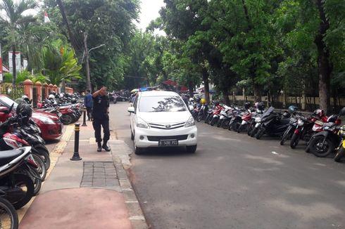 Parkir Liar Menjamur di Luar Kantor Wali Kota Jakarta Timur Tiap Jumat Awal Bulan