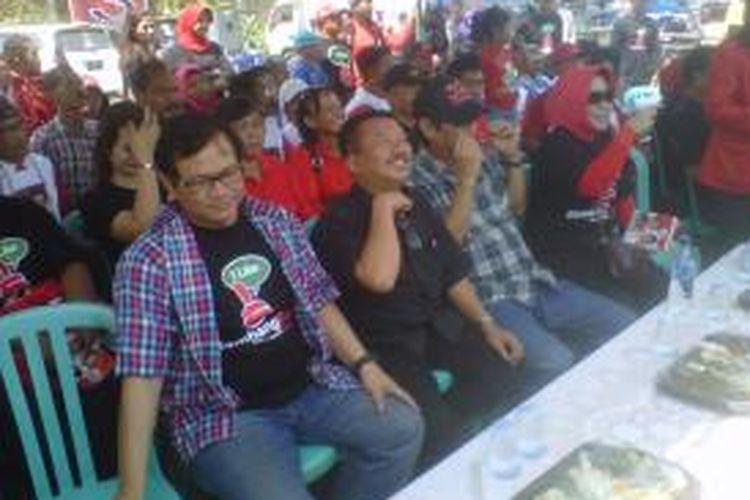 Cagub Jawa Timur Bambang DH (baju hitam tengah) ditemani Pramono Anung (baju kotak-kotak) dalam kampanye di lapangan pasar Ngronggo, Kota Kediri, Rabu (21/8/2013).