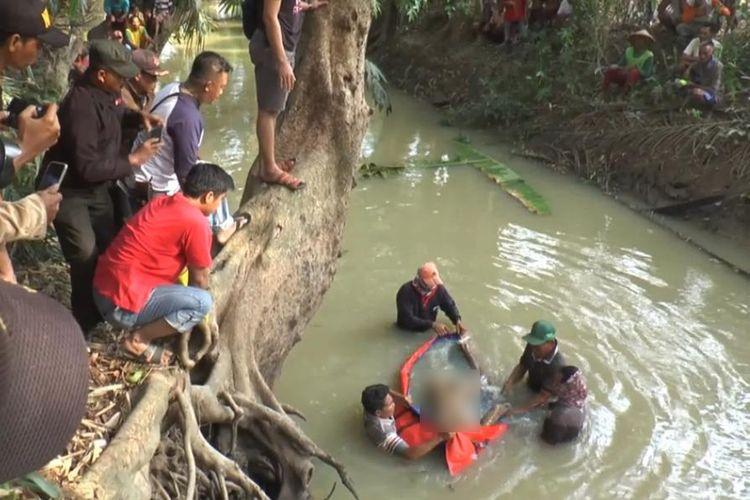 Jasad Sukirno, satu dari dua agen sapi yang ditemukan tewas mengambang di sungai, Minggu (3/11/2019). Diduga kedua agen sapi itu dibunuh karena masalah utang piutang. (Foto: Humas Polres Lampung Tengah).