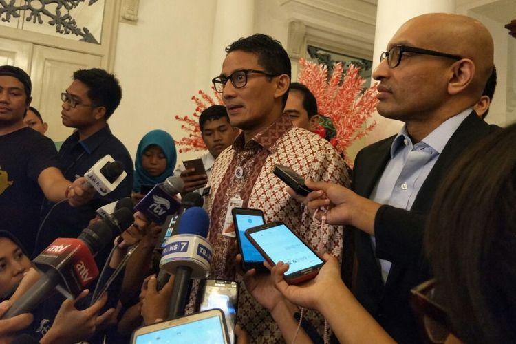 Wakil Gubernur DKI Jakarta Sandiaga Uno bersama Duta Besar Singapura untuk Indonesia Anil Kumar Nayar di Balai Kota DKI Jakarta, Jalan Medan Merdeka Selatan, Jumat (3/11/2017).