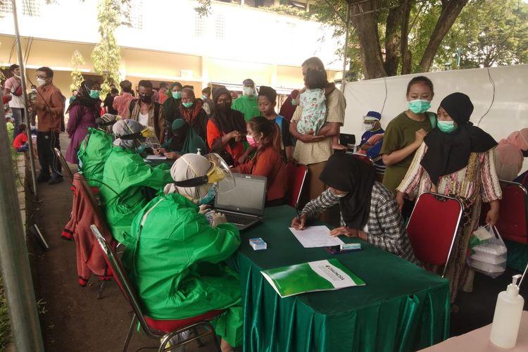 Suasana tes swab para pengungsi korban kebakaran tangki minyak PT Pertamina (Persero) RU VI Balongan Indramayu di GOR Bumi Patra, Balongan, Indramayu, Rabu (7/4/2021). Dari 870 pengungsi hanya 47 orangnya mau diswab dan sisanya langsung memilih pergi ke rumah masing-masing.