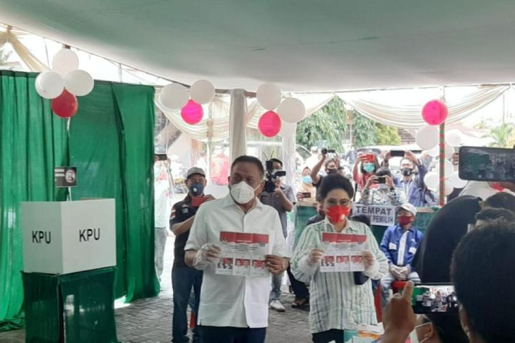 Gubernur Sulut petahana Olly Dondokambey bersama istri dan kedua anaknya nyoblos di TPS 03 di Kelurahan Bumi Beringin, Kecamatan Wenang, Manado, Rabu (9/12/2020) pukul 09.30 Wita