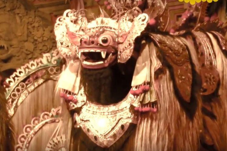 Bali kaya dengan berbagai seni dan tradisi lokal. Menjalankan tradisi budaya dan seni melalui berbagai upacara yang selalu ada hampir setiap hari, menjadi faktor yang membuat agama Hindu Bali menjadi kuat, dan tidak terganggu oleh pengaruh dari luar.