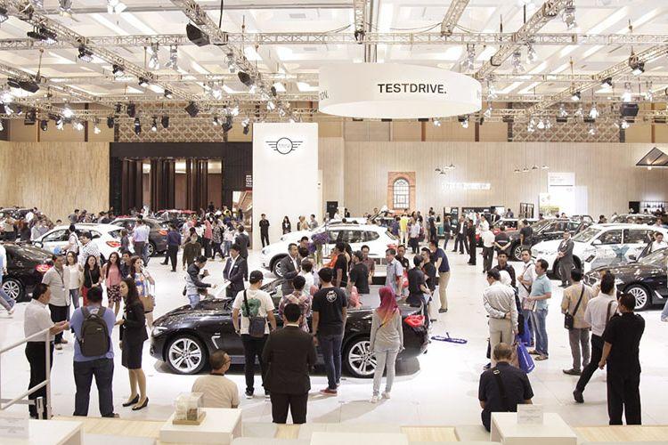 Suasana stan BMW dan Mini di Gaikindo Indonesia International Auto Show (GIIAS) 2017.