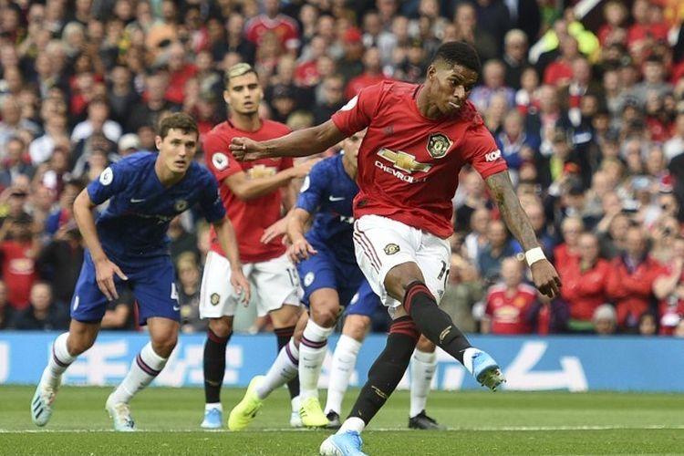 Marcus Rashford melepas tendangan penalti pada pertandingan Manchester United vs Chelsea dalam  lanjutan Liga Inggris di Stadion Old Trafford, 11 Agustus 2019.