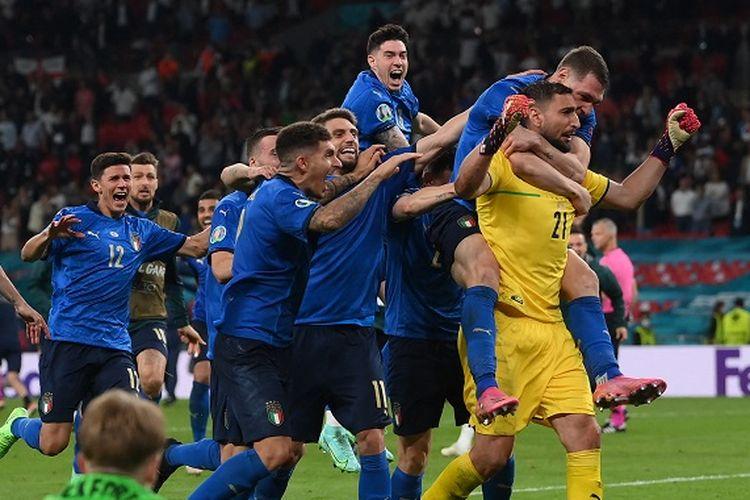 Kiper Italia Gianluigi Donnarumma (kanan) dan rekan setimnya berselebrasi setelah menjuarai Euro 2020 antara Italia vs Inggris di Stadion Wembley di London pada 12 Juli 2021. Hasil Italia vs Inggris Italia juara. Hasil final Euro 2020.