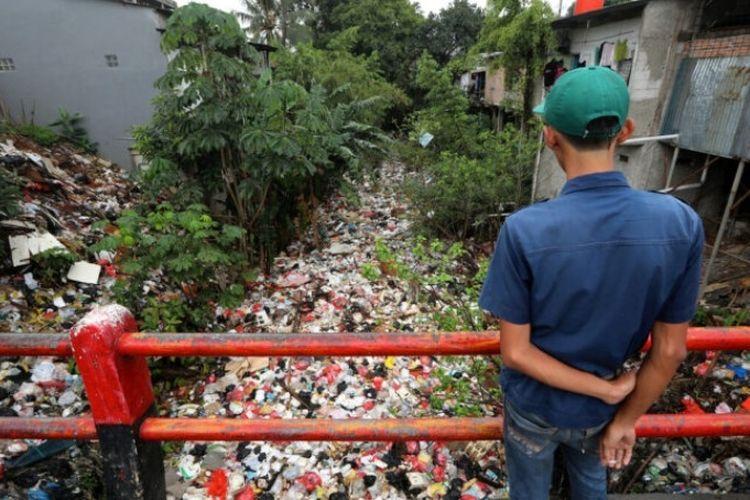 Aliran Kali Baru di Cimanggis, Depok, Jawa Barat dipenuhi oleh sampah sepanjang kurang lebih 300 meter. Tumpukan sampah, mulai dari styrofoam, plastik, hingga peti kayu dan kasur tampak menutupi aliran kali.