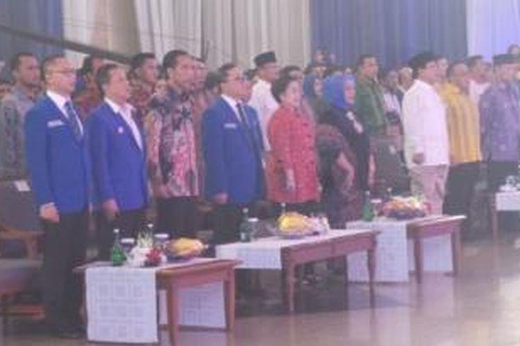 Presiden Joko Widodo dan Ketua Umum PDI Perjuangan Megawati Soekarnoputri menghadiri Rapat Kerja Nasional Partai Amanat Nasional di Jakarta, Rabu (6/5/2015) malam. Keduanya duduk mengapit Ketua Umum PAN Zulkifli Hasan