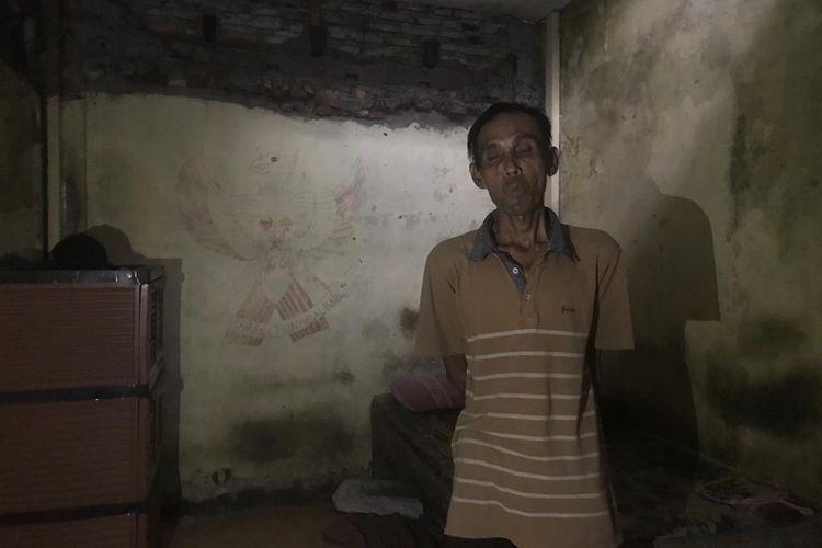 Kondisi rumah Kudus yang gelap gulita di Jalan Kalianyar X RT002/RW006, Kalianyar, Taman Sari, Jakarta Barat harus hidup 10 tahun tanpa listrik karena tidak memiliki biaya