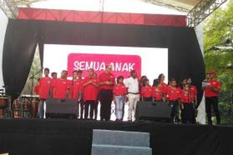 Menteri Pemberdayaan Perempuan dan Perlindungan Anak Yohana Yembise bernyanyi bersama anak-anak dalam acara Festival Kabupaten/Kota Layak Anak di Plaza Tenggara Gelora Bung Karno, Senayan, Jakarta, Sabtu (7/11/2015).