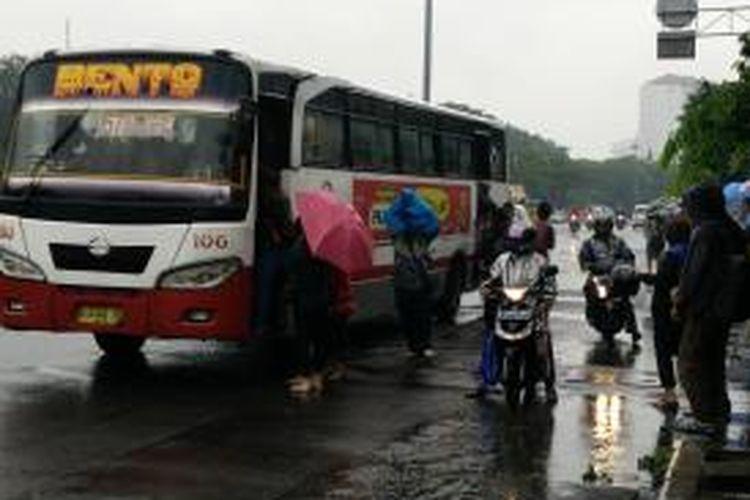 Penumpang berebut angkutan lain setelah mengetahui Halte Transjakarta Harmoni berhenti beroperasi, Senin (9/2/2015).