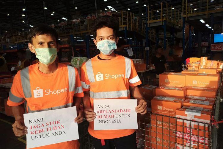 Para pekerja logistik Shopee mengkampanyekan belanja dari rumah selama pandemi virus corona masih terjadi