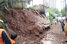 Halaman Rumah Warga di Jagakarsa Longsor karena Hujan