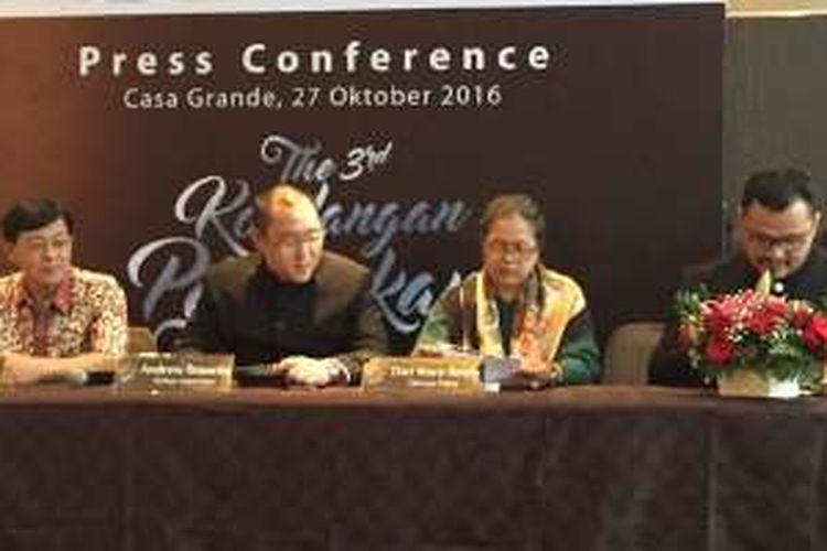 William Kwan (kiri) bersama panelis acara konferensi pers Kondangan Peranakan Tionghoa Indonesia 2016 lainnya.