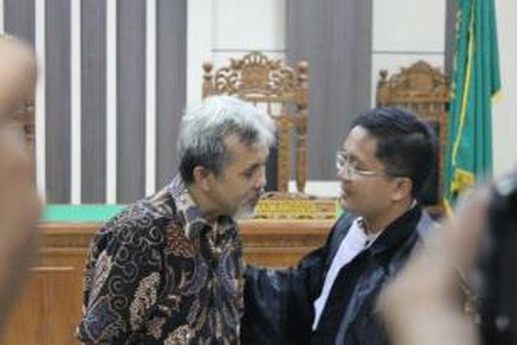 Mantan Rektor Unsoed, Prof Edi Yuwono (kiri) berbincang dengan salah satu kuasa hukumnya.