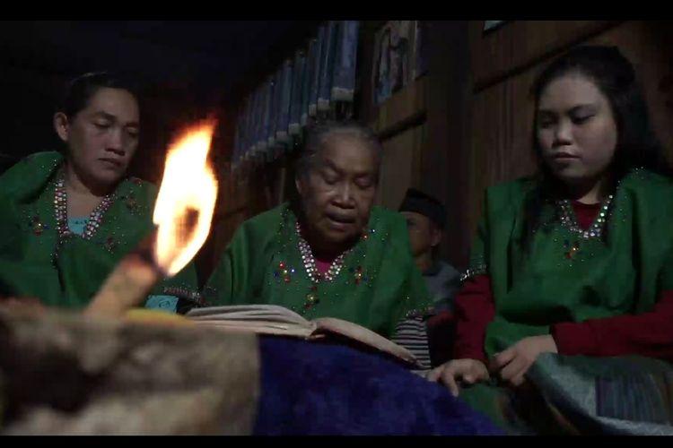 Masureq oleh tiga generasi Pasureq yakni Indo Masse (tengah), Indo Waro (kiri), dan Rahmadani (kanan)