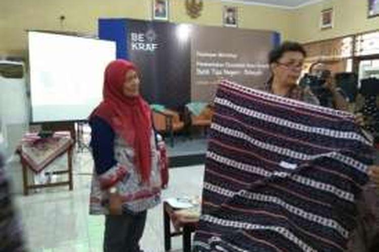 Direktur Fasilitasi Infrastruktur Fisik Bekraf Selliane Halia Ishak (kiri) bersama pakar kain ITB Ratna Panggabean (kanan).