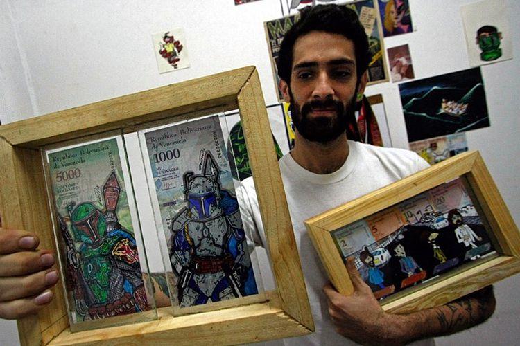 Jose Leon (26) menunjukkan lukisan uang kertas bolivar karyanya. Nilai mata uang yang sangat rendah membuatnya berkreasi untuk membuat uang kertas lebih berharga.