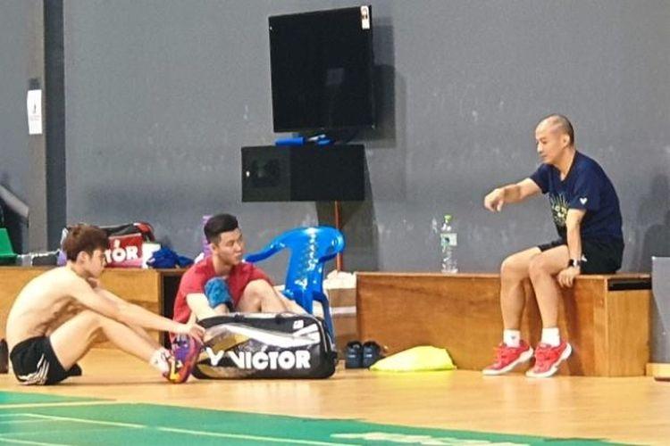Hendrawan (kanan) tetap melatih di  Malaysia